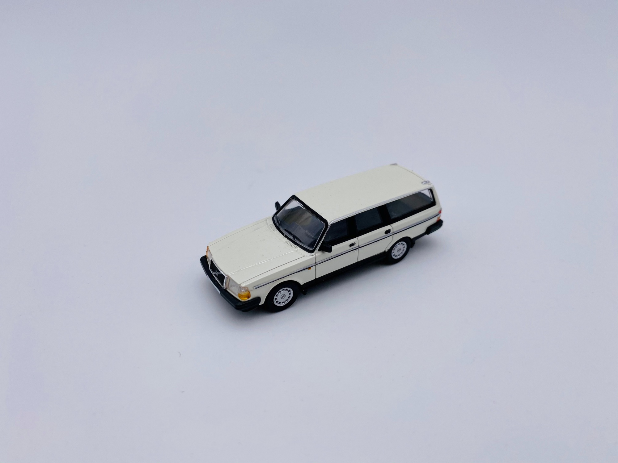 Volvo 240GL Break White